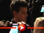 Taylor Lautner versetzt seine Berliner Fans in Ekstase