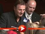 Liam Neeson nimmt ein Bad in der Menge in Berlin