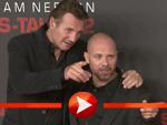Liam Neeson kuschelt mit Regisseur Oliver Megaton