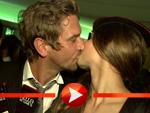 Peer Kusmagk küsst Schweizer Schoko-Mädel