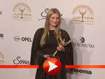 Luna Schweiger posiert mit ihrem Jupiter Award