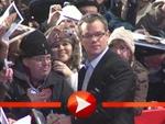 Matt Damon schreibt im Schneegestöber Autogramme