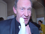 Michael Mendl mit dickem Verband: Finger abgesägt!