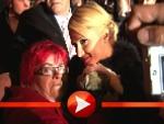 Paris Hilton mit Fans und Hundebabys