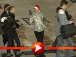 Paris Hilton als Weihnachtsmann am Potsdamer Platz