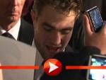 Robert Pattinson schreibt fleißig Autogramme in Berlin