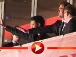 Taylor Lautner und Robert Pattinson winken ihren Berliner Fans