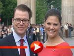 Prinzessin Victoria und ihr Daniel posieren vor dem Brandenburger Tor
