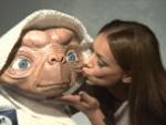Total süß: Radost Bokel küsst E.T.