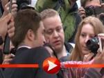 """Robert Pattinson schreibt Autogramme bei der Berlin-Premiere von """"Cosmopolis"""""""