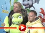 Axel Stein, Detlev Buck und The Boss Hoss posieren mit Schildkröte Sammy