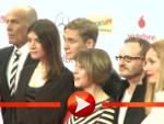 Matthias Schweighöfer lächelt mit seiner Film-Crew für die Fotografen