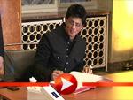 Shah Rukh Khan trägt sich ins Goldene Buch Berlins ein