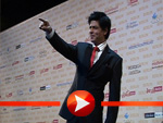 Lustig posiert Shah Rukh Khan für die Presse