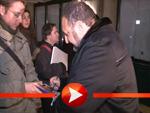 Joel Silver verteilt Autogramme im Schnee von Berlin