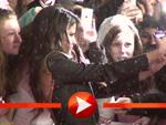 Selena Gomez schreibt Autogramme in Berlin