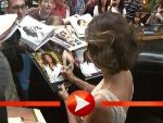 Teri Hatcher schreibt Autogramme in Salzburg