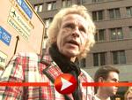 Thomas Gottschalk hält eine Leiter für einen Rollator