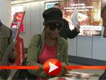 Toni Braxton schreibt bei ihrer Ankunft in Berlin Autogramme