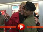 Toni Braxton posiert mit Fans in Berlin