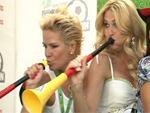 WM-Fieber: Promis üben sich im Vuvuzela blasen