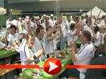 Der Fan-Zug mit Fans und Promis trifft in Berlin ein