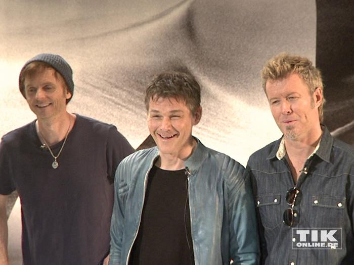 Die a-ha-Stars Morten Harket, Magne Furuholmen und Paul Waaktaar posieren bestens gelaunt in der norwegischen Botschaft in Berlin