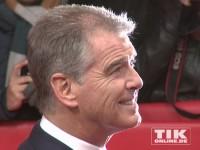 """Pierce Brosnan, ergraut und mit lichtem Haar, auf der """"A Long Way Down""""-Premiere in Berlin"""