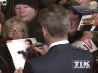 Pierce Brosnan schreibt in Berlin geduldig Autogramme