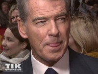 "Zunge raus: Pierce Brosnan auf der ""A Long Way Down""-Premiere in Berlin"