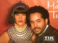 Adel Tawil geht auf Tuchfühlung mit der Wachsfigur von Whitney Houston im Madame Tussauds Berlin