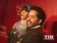 Adel Tawil neben der Wachsfigur von Whitney Houston im Madame Tussauds Berlin