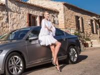 Lena Gercke posiert vor einem Auto