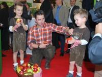 Andreas Gabalier im Gespräch mit zwei jungen Apfel-Fans