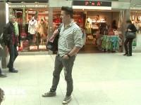 Andreas Gabalier lässig in Jeans und mit Rucksack am Flughafen Berlin-Tegel