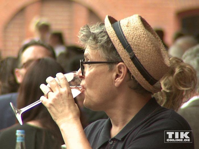 Rolf Scheider nippt an einem Gläschen