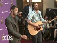 Baptiste Giabiconi beweist sein Talent als Sänger