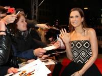 Kristen Wiig schreibt bei kühlen Temperaturen im schulterfreien Kleid tapfer Autogramme für die wartenden Fans