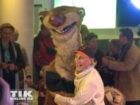 """Otto Waalkes hat bei der """"Ice Age Live""""-Premiere in Berlin viel Spaß mit Faultier Sid"""