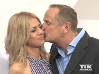 Götz Elbertzhagen drückte seiner Freundin Lydia auf dem roten Teppich der Bertelsmann Party 2015 einen dicken Kuss auf