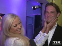 Total verliebt: Jenny Elvers und ihr Freund Steffen von der Beeck bei der Bertelsmann Party 2015