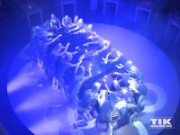 """Die Aliens der Show """"The Wyld"""" aus dem Friedrichstadt-Palast entüllen den neuen 7er BMW in Berlin"""