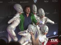"""Armin Rohde hat Spaß mit den Aliens der Show """"The Wyld"""" aus dem Friedrichstadtpalast bei der Vorstellung des neuen 7er BMW in Berlin"""