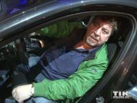 Armin Rohde bewundert das Cockpit des neuen 7er BMW