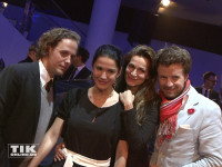 Mariella Ahrens und ihr Freund Sebastian Esser sowie Alexandra Kamp und deren Freund Michael von Hassel posieren gemeinsam bei der Premiere des neuen 7er BMW in Berlin
