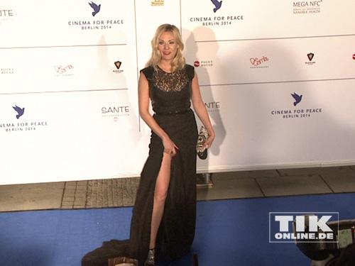 """Eva HAssmann auf dem blauen Teppich der """"Cinema for Peace""""-Gala 2014"""