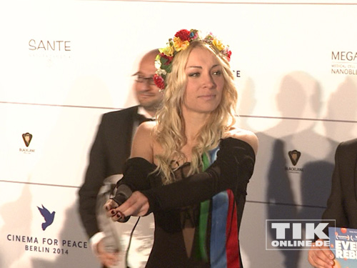"Dann zog die Femen-Aktivistin bei der ""Cinema for Peace""-Gala 2014 blank ..."