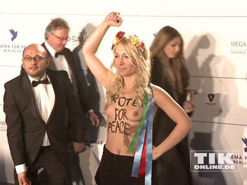 """... und präsentierte ihre blanken Brüste mit der Aufschrift """"Protest For Peace"""""""