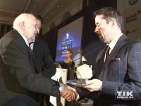 Jan Josef Liefers schüttelt Michail Gorbatschow die Hand