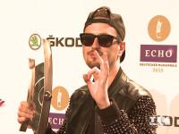 Cool mit Sonnenbrille und Basecap posiert Dj Robin Schulz mit seinem Echo